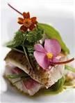 C25 GASTRONOMIA CON FLORES: Descubrir el placer de cocinar con flores, sabores exóticos que pueden hacer la delicia de cientos de platos  Si nos remontamos unos siglos, comprobaremos el empleo culinario de las flores en culturas como la romana, la griega o la hindú.   Las flores aportan matices de frescura y sabores inusuales que sorprenden al comensal. Aunque se utilicen de forma decorativa, sus llamativos colores y los atractivos olores que desprenden, estimulan los sentidos - magnolia, jazmín