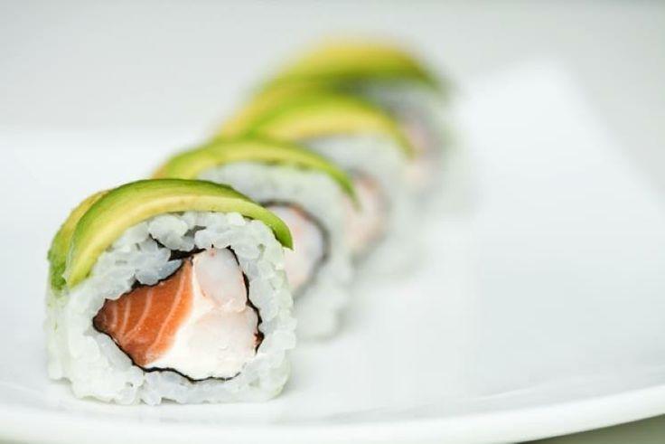 22 - Maki sushi de salmón y surimi - Ingredientes:  - 175 g de arroz especial para sushi - 1 litro de agua - 1 cucharada de sal - 1 cucharada de azúcar - 2 cucharadas de vinagre - 10 láminas de alga nori Para el relleno: - 4 barritas de surimi - 1 lomo o rebanada de salmón - 1 aguacate - Vinagre de arroz  Hervimos el arroz durante unos 20-25 minutos. Lo sacamos y escurrimos y dejamos enfriar.