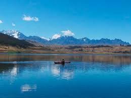 """08 – La laguna de Huacarpay es grande, de un azul intenso, rodeada del verde amarillo de los andenes incas, que al parecer se utilizan todavía. Hay muchas flores por todas partes, cerca hay una cantera, creo que se llama Rumicolca o algo así""""."""