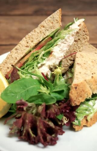 27 - Sándwich de surimi, manzana verde y vegetales - Ingredientes:  - 2 rebanadas de pan integral o de tu pan preferido - 4 palitos de surimi - 3 cucharadas de mayonesa - 1/2 manzana verde - Lechuga - Tomate natural