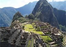 05 MACHU PICCHU - Machu Picchu es considerada al mismo tiempo una obra maestra de la arquitectura y la ingeniería. Sus peculiares características arquitectónicas y paisajísticas, y el velo de misterio que ha tejido a su alrededor buena parte de la literatura publicada sobre el sitio, lo han convertido en uno de los destinos turísticos más populares del planeta.
