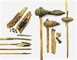16 - Hace 500 mil años, mediante la observación, el Pitecántropos, este hombre primitivo aprende rápidamente. En Alemania e Inglaterra utilizaban herramientas de madera afilada, sin punta de piedra.