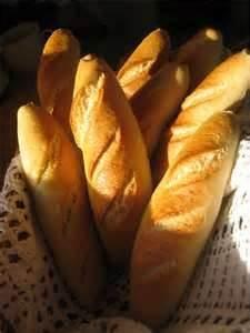 030 - Para que el pan de ayer resulte como recién comprado hoy, debe guardarse en la refrigeradora y antes de usarlo rociarlo con agua e introducirlo unos minutos en el horno. Servir de inmediato, parecerá recién comprado.