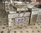 C24 GASTRONOMÍA AL VACÍO: Es un sistema de producción de alimentos que se realiza introduciendo todos los insumos en una bolsa o envase en la que se realiza el vacío y se sella. Posteriormente se somete a tratamiento térmico en un medio húmedo o líquido con temperatura controlada: hornos de convección, vapor, baños maría termostáticos, vaporeras o autoclaves. La técnica del vacío aplicada a la cocina permite mejorar la calidad organoléptica de muchas materias primas, mejorara la cocina.