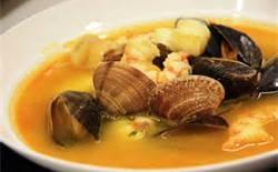 09 - Las sopas toman su nombre de los ingredientes empleados, con propiedades nutricionales y saporíferas características: sopa de mariscos, pescado, sopa juliana, sopa de espárragos, sopa de arracacha, etcétera.